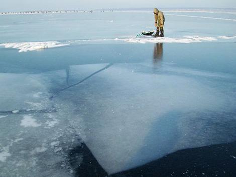 Где сверлить лунки на зимней рыбалке и как искать рыбу зимой